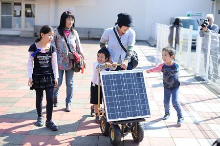 特製のソーラーワゴンで蓄電に出発する様子 photo by Yuji ITO
