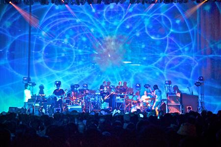 ROVOとSYSTEM 7による2011年のライブの模様