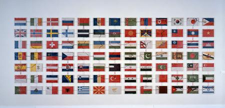 柳 幸典『ユーラシア』2001年インスタレーション蟻、着色された砂、プラスティック製の箱、プラスティック・チューブ、プラスティック・パイプ235.0×594.5cm (各25.0×36.5cm、全91個)