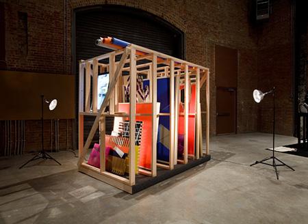 田島美加『エキストラ』2009年木、カンバス、アクリル絵具、シルクスクリーン、鏡面アルミ、紙、アクリル板、MDF、エナメルスプレー、ビデオモニター、フォルミカ、ガラス、ライト152.4×243.8×213.4 cm Photo: Jason Mandella Courtesy: Sculpture Center, New York