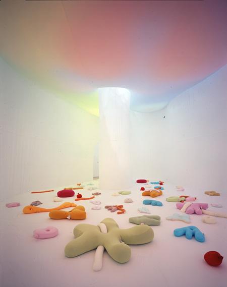 エルネスト・ネト『私たちのいる神殿のはじめの場所、小さな女神から、世界そして生命が芽吹く』 2006年 豊田市美術館蔵