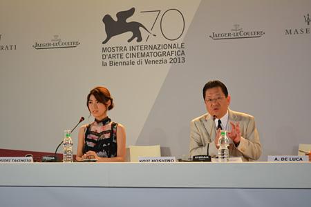 『第70回ヴェネチア国際映画祭』公式会見にのぞむスタジオジブリの星野康二代表取締役社長と、『風立ちぬ』でヒロイン・菜穂子の声を演じた瀧本美織