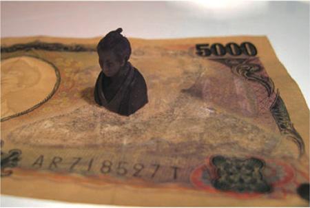入江早耶『ヒグチダスト』制作年:2007年 素材:紙幣、消しゴムのカス サイズ:樋口1.8 x 1.0 x 0.9 cm、カキツバタ2.2 x 0.5 x 0.3 cm