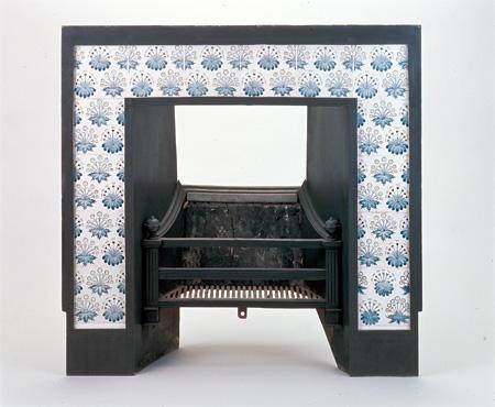 ウィリアム・モリスの『ひなぎく』(タイル)を使った暖炉 1862年頃