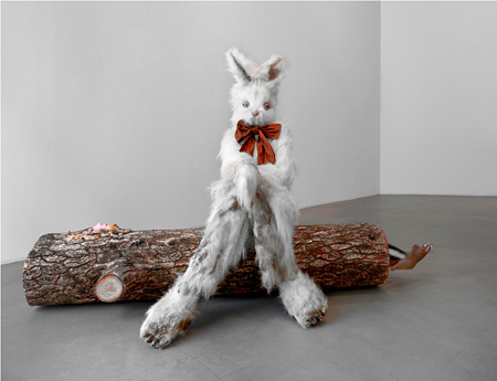 マーニー・ウェーバー『丸太婦人と汚れたうさぎ』 2009年 Courtesy: artist and Simon Lee Gallery, London/Hong Kong Marnie Weber Log Lady & Dirty Bunny 2009  Courtesy: artist and Simon Lee Gallery, London/Hong Kong
