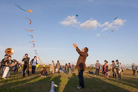 2012年10月27日開催 大友良英「千住フライングオーケストラ」 撮影:高島圭史 クレジット:高島圭史