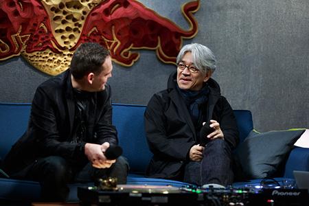 左から:カールステン・ニコライ、坂本龍一