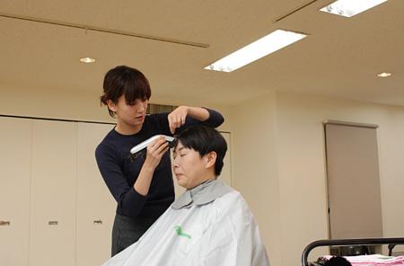 断髪式に臨む大島美幸 ©『福福荘の福ちゃん』製作委員会