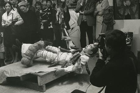 工藤哲巳 ハプニング「インポ哲学」 ブーローニュ映画撮影所(パリ)1963年2月 撮影:工藤弘子 ©ADAGP, Paris & JASPAR, Tokyo, 2013