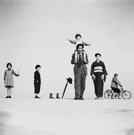 植田正治『パパとママとコドモたち(?)』1949年