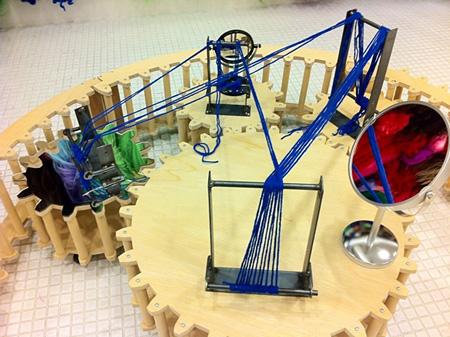 ヴィヴィアン佐藤『回転する機織り機:「象徴としての遠近法」』2012年