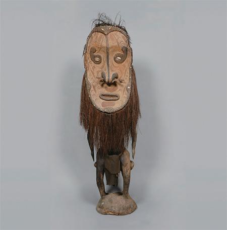 神像付きの椅子 民族:イアトムル 国名:パプアニューギニア 1988年収集 国立民族学博物館蔵 写真提供:国立民族学博物館
