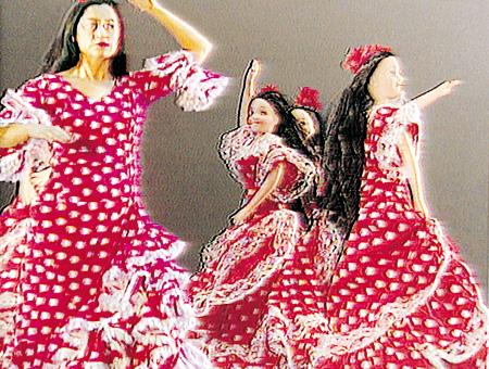 ピラール・アルバラシン『ミュージカル・ダンシング・スパニッシュ・ドール』2001年 MUSAC蔵 ©Pilar Albarracín, Courtesy: MUSAC