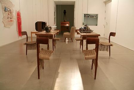 ディアンゴ・エルナンデス『分断されたリヴィングルーム』 2006年 MUSAC蔵 ©Diango Hernández, Courtesy: MUSAC
