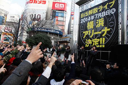 2014年2月12日に新宿ステーションスクエアで開催されたBiSのフリーライブの模様