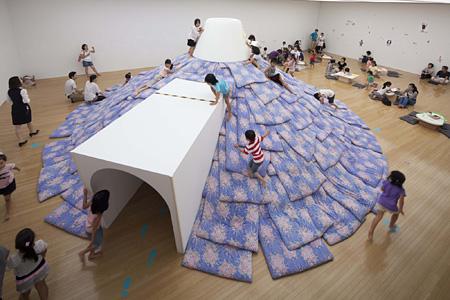 小沢剛『あなたが誰かを好きなように、誰もが誰かを好き』2012年 豊田市美術館での展示風景 撮影:青木兼治