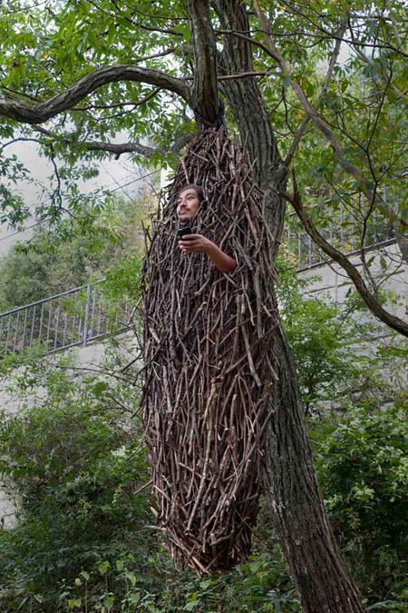 角野晃司『蓑虫なう』2010年 撮影:高嶋清俊 写真提供:六甲山観光株式会社