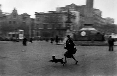 空襲警報が鳴り響く中、防空壕へと急ぐ女性 スペイン、バルセロナ 1939年1月 東京富士美術館蔵 ©International Center of Photography / Magnum Photos