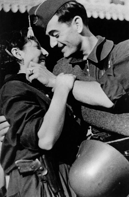 前線に向かう前に、女性に別れを告げる共和国軍の兵士 スペイン、バルセロナ 1936年8月 東京富士美術館蔵 ©International Center of Photography / Magnum Photos