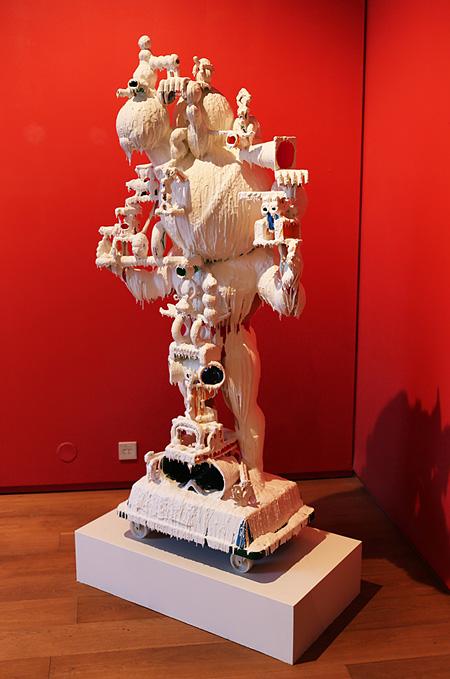 金氏徹平『White Discharge (建物のようにつみあげたもの #21)』2012, found object, resin, glue 168x84x55cm, copyright the artist, courtesy ShugoArts