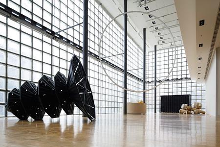 『コンダンサシオン:アーティスト・イン・レジデンス展』会場風景 © Nacása & Partners Inc. / Courtesy of Fondation d'entreprise Hermès