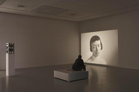 アナ・トーフ『偽った嘘について』 2000年 [2007年、アントワープ現代美術館での展示風景] アントワープ現代美術館蔵 Courtesy Museum of Contemporary Art, Antwerp (M HKA) ©photo: Ana Torfs