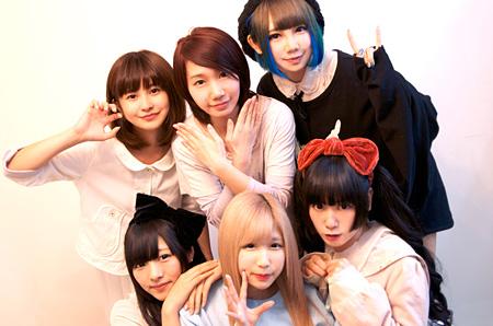 バンドじゃないもん!(上段左から:甘夏ゆず、鈴姫みさこ、天照大桃子(ちゃんもも◎)、下段左から:望月みゆ、七星ぐみ、恋汐りんご)