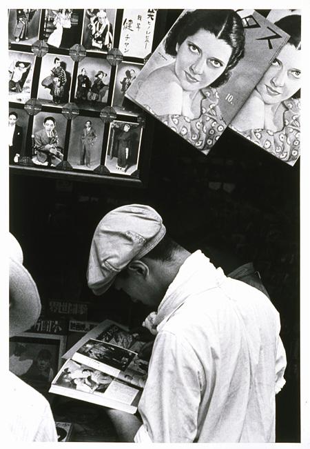 『東京昭和十一年』より『浅草公園六区(台東区浅草二丁目)』 1935年 ゼラチン・シルバー・プリント 世田谷美術館蔵