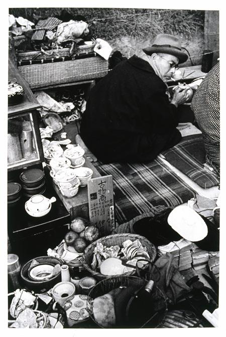 『世田谷ボロ市(世田谷区若林町)』 1936年 ゼラチン・シルバー・プリント 世田谷美術館蔵