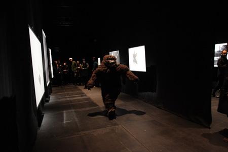 小沢 剛 F/T13 イェリネク連続上演『光のない。(プロローグ?)』 作:エルフリーデ・イェリネク 演出・美術:小沢 剛 2013年11 月21 日~24日東京芸術劇場シアターイースト(東京) 写真:片岡陽太