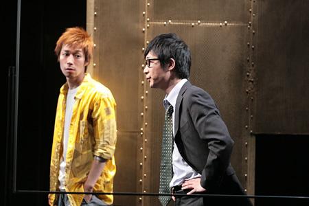 『関数ドミノ』2009年公演より(左から浜田信也、安井順平)撮影:田中亜紀