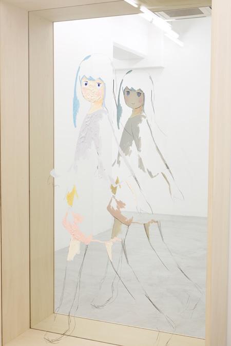 谷口真人『Untitled』 2014年 木製フレーム、鏡、アクリルボードにアクリル絵具、グリースペンシル H204×W124×D45cm 個人蔵 撮影:木奥惠三 ©Makoto Taniguchi, Courtesy of NANZUKA