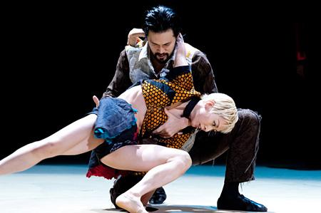 劇的舞踊『ホフマン物語』より(2011年)撮影:村井勇