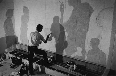 高松次郎による『サパークラブ・カッサドール』の壁画制作風景(1967)©The Estate of Jiro Takamatsu, Courtesy of Yumiko Chiba Associates  Photo: FUJITSUKA Mitsumasa