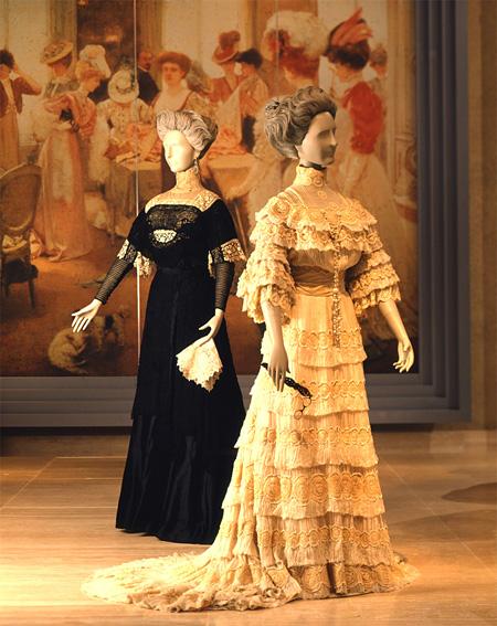 右:ドレス DOEUILLET フランス 1903年頃 左:ドレスCHERUIT フランス 1908年頃 神戸ファッション美術館蔵