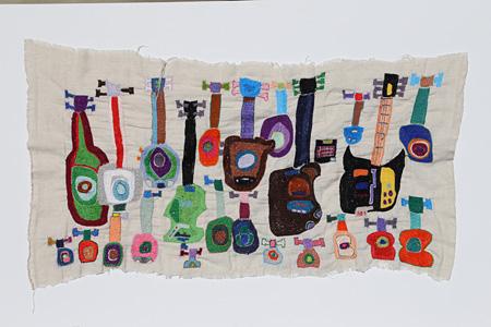 清水千秋『やまなみバンド』 2013年 綿刺繍糸・綿布 やまなみ工房蔵