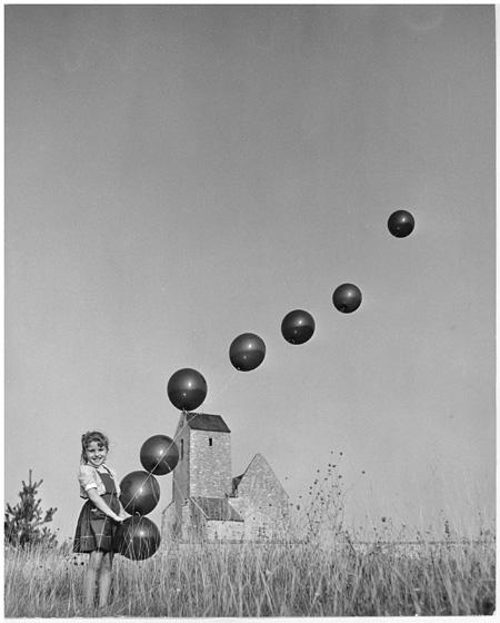 ロベール・ドアノー Robert Doisneau『1,2,3,4,5 遊びながら数えよう』(1954)『プティエの教会前のフランシーヌと8個の風船』 ©Atelier Robert Doisneau/Contact