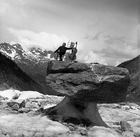 ロベール・ドアノー Robert Doisneau『モーリス・バケ、きのこ岩の上で、シャモニー』 1957 ©Atelier Robert Doisneau/Contact