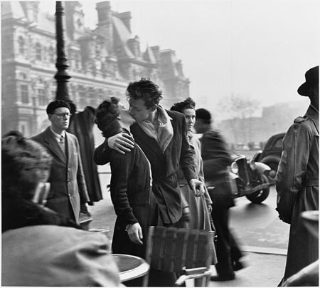 ロベール・ドアノー Robert Doisneau『パリ市庁舎前のキス』1950 ©Atelier Robert Doisneau/Contact
