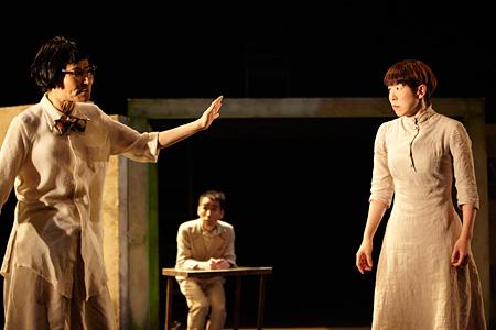 小野寺修二演出『異邦人』より photo: Shinsuke Sugino
