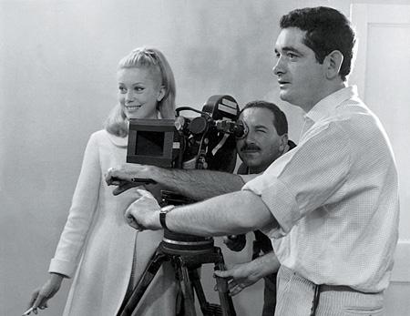 『シェルブールの雨傘』撮影中のカトリーヌ・ドヌーヴとジャック・ドゥミ監督 ©1993 - Ciné-tamaris