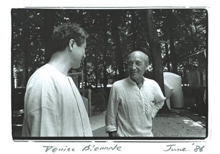 イサム・ノグチと磯崎新 ヴェネツィア・ビエンナーレにて 1986年 撮影:安斎重男