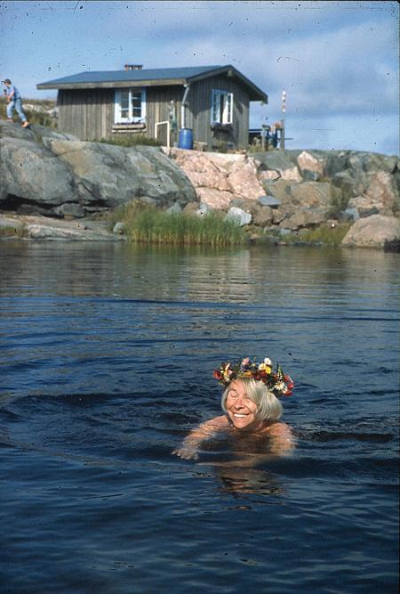 ペル・ウロフ・ヤンソン《クルーヴ島の「夏の家」と海水浴をするトーベ》 © Tove JanssonEstate