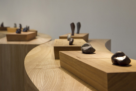 リー・ミンウェイ『石の旅』2009年 展示風景:「花と石の物語」エスパス ルイ・ヴィトン台北、2012年 撮影:Lee Studio