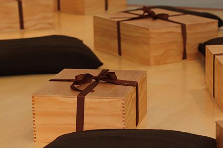 リー・ミンウェイ『布の追想』 2006年 展示風景:「澄・微」資生堂ギャラリー、東京、2012年 Courtesy: Lombard Freid Gallery, New York 撮影:Kevin Ho