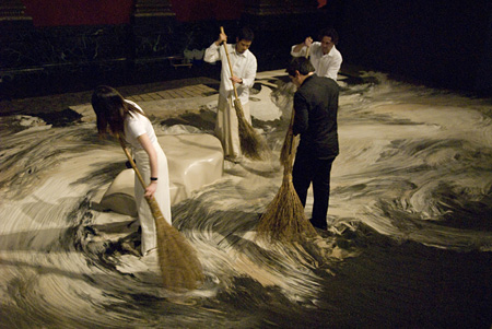 リー・ミンウェイ『砂のゲルニカ』 2007年 パフォーマンス風景:「リー・ミンウェイ:非永続性」シカゴ・カルチャー・センター、2007年 撮影:Anita Kan