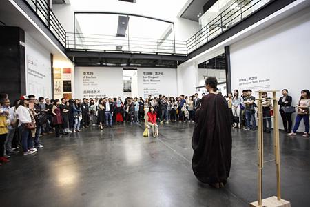 リー・ミンウェイ『ソニック・ブロッサム』 2013年 パフォーマンス風景:「リー・ミンウェイ:ソニック・ブロッサム」ユーレンス現代美術センター(UCCA)、北京、2014年 撮影:Mao Zhenyu