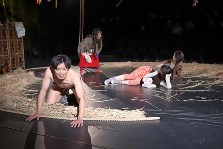 サンプル『シフト』東京芸術劇場 シアターイースト(2014) ©青木司