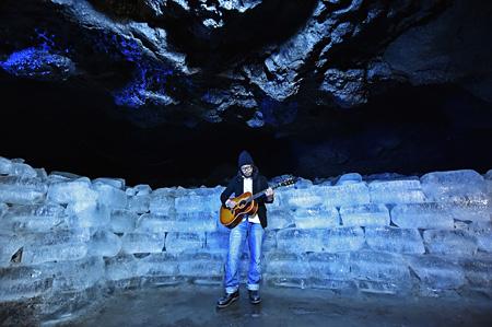 曽我部恵一、鳴沢氷穴でのレコーディング風景