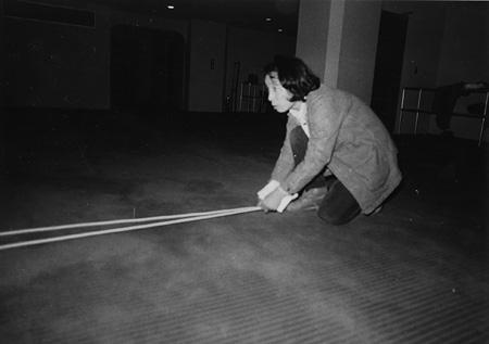 粟津潔パフォーマンス『千遊記』 1977 金沢21世紀美術館蔵 ©AWAZU Yaeko